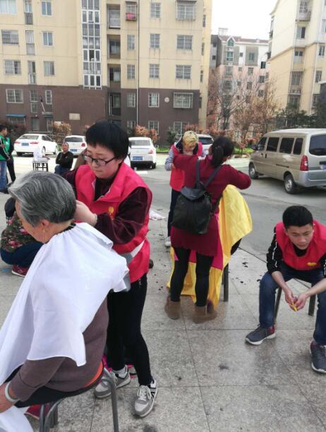 南昌丽人学院走进城东社区学雷锋 为小区居民义务理发献爱心活动