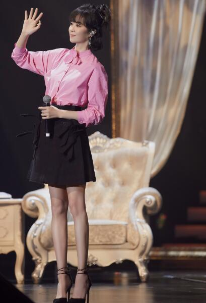 郁可唯丸子头造型妆容 修长美腿少女感十足